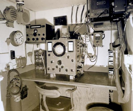 HFDF equipement. View of forward bulkhead. At the left is a B-28 receiver. In the middle position is an FH-4 HF/DF unit and its power supply at the right side.