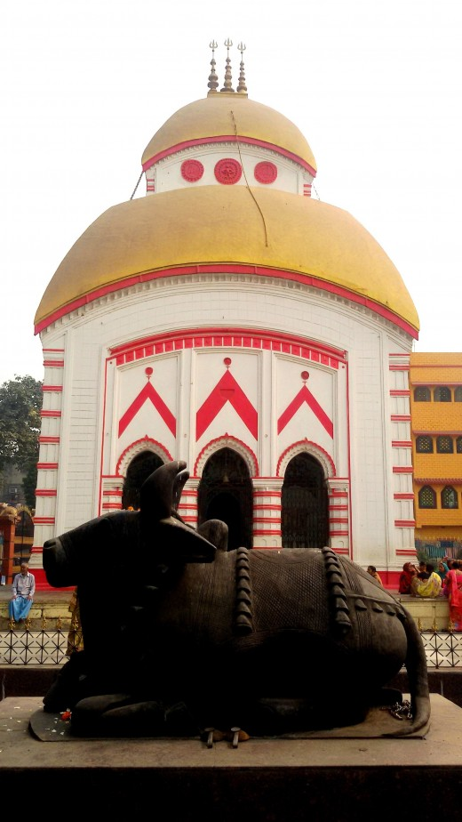 Rakta Kamaleswar Shiva temple with the Nandi statue in front