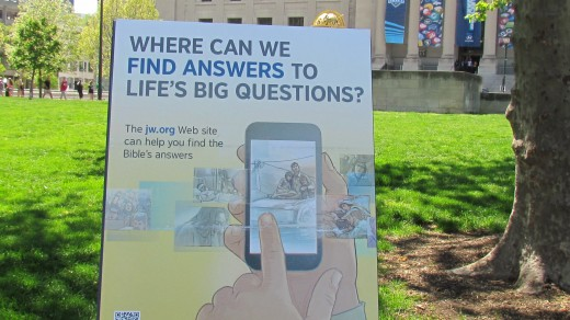 One of the displays Jehovah's Witnesses featured which helped people find answers to questions they might have in life.