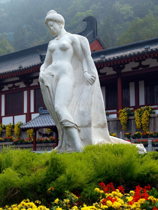 Statue of the curvaceous Yang Guifei at Huaqing Hot Springs where the Emperor first glimpsed her.