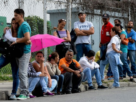 A row for buying food, a recurrent reality in Venezuela.