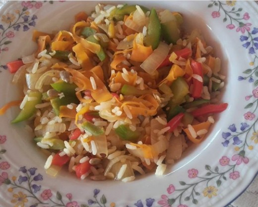 To eat cold or hot: rice, onion, carrot, red pepper, seed mix and zucchini. (3)