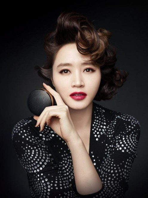 South Korean actress Kim Hye Soo looks a little bit like singer Seo In Young in this photo.