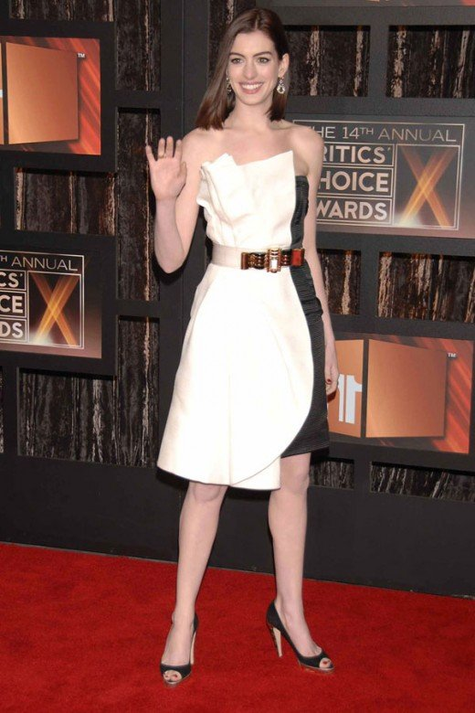 Sometimes no matter how glamorous or stylish a celebrity is they get it wrong. Anne Hathaway takes risks and sometimes bombs, like this evening dress.
