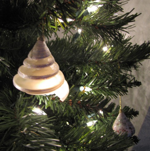 Maybe you have some seashells stashed away from a beach vacation. Here, they've fancied it up with a glued on gold hanger and added glitter. Those are optional, as the shell is pretty enough on its own.