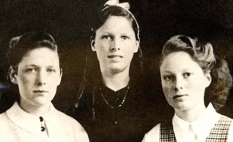 Muriel Drinkwater (centre) and two siblings