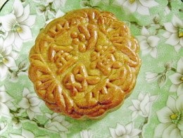Name of bakery and the type of mooncake filling imprinted in Chinese character.