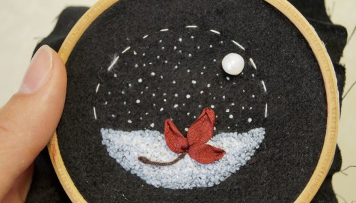 A French knot recreates here the loose and shade-rich texture of snow.