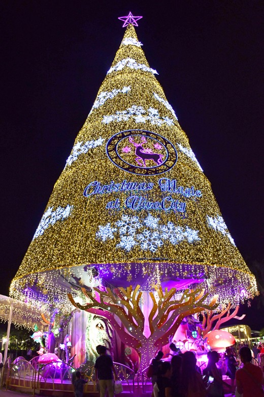 On Christmas trees, the trend remains in favour of huge, lavishly lit ones. As this immense one in Vivocity shows.