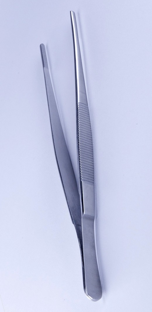 Tweezers can be used. Sometimes invisible areas like the lower back or feet are picked, making it difficult to spot.