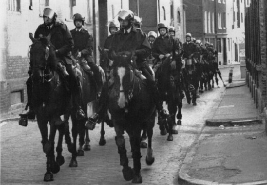 Mounted police clatter through Wapping streets near Mudoch's new building to 'shepherd' the demonstrators - their presence was more aggressive than mere 'shepherding'