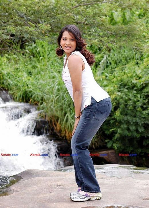 Meghna Naidu looks lovely and hot in denims and the slight bend inflames our senses