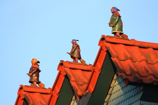 Witches on roofs in Steinau, Germany remind us of the customs of La Befana and Berchta.