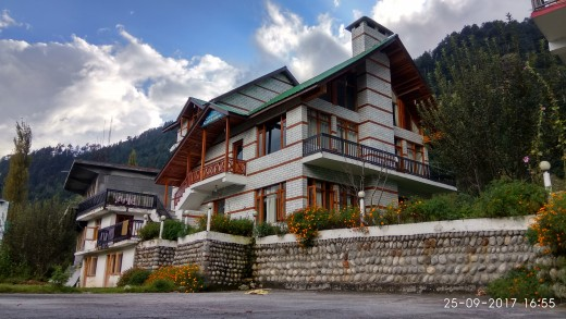 The houses and buildings in Manali had a distinct farmhouse-cum-ranch architecture style, and had a cozy look and feel about them