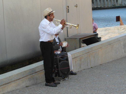 Musicians on the south bank of the River Douro.