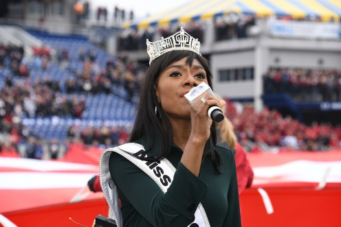 Nia Franklin, Miss America 2019,  sings National Anthem at 2018  Military Bowl.