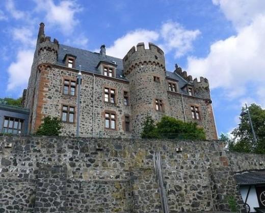 The lower castle: a beautiful modern hotel since 2002