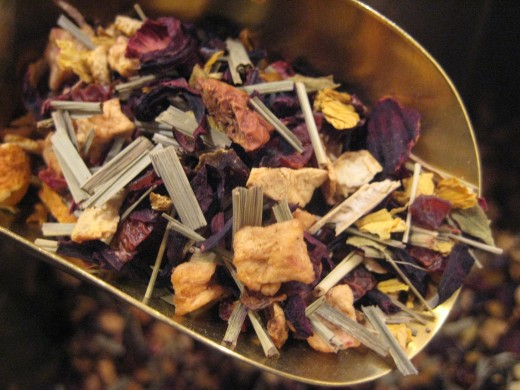 A healthy mix with apple pieces, rose hips, orange peel, papaya pieces, peppermint leaves, licorice root, lemon grass, cinnamon, black currants, rose and mallow blossoms.
