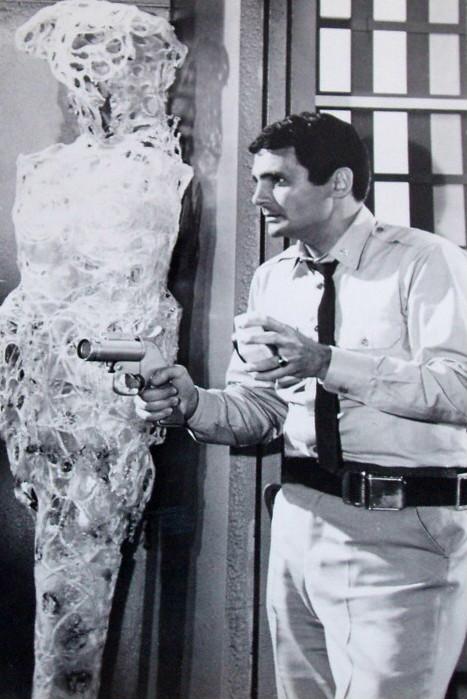 David Hedison as Commander Lee Crane fight virus in Time Lock 1968.