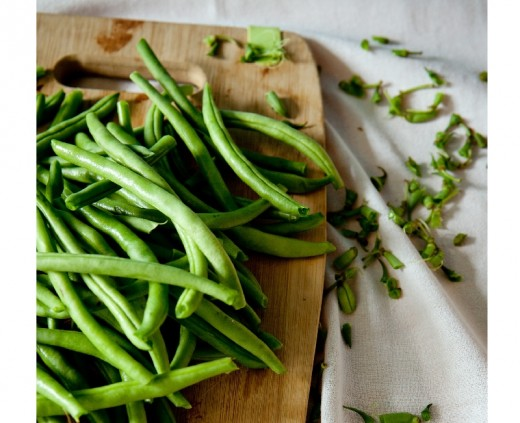 Most varieties of green bean do not need peeling. Use the whole bean to make wine.