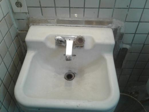 Sink sans hot water