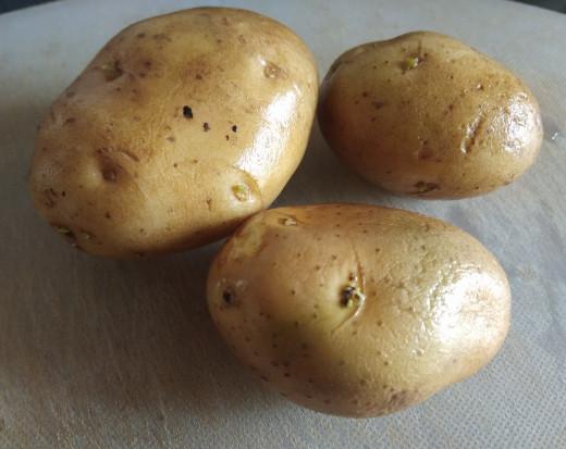 Take 2-3 potatoes and wash properly.