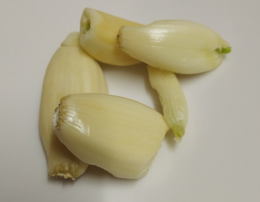 Peel the skin of garlic and keep aside.