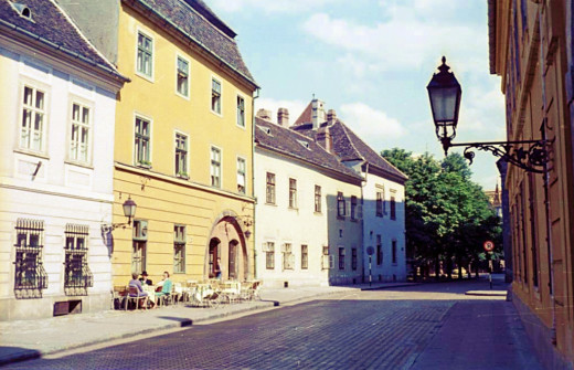 Fortuna Street: on the right side the former Fortuna Inn facing the Hess András Square, on the left side of which stands the former Inn to the Red Hedgehog.