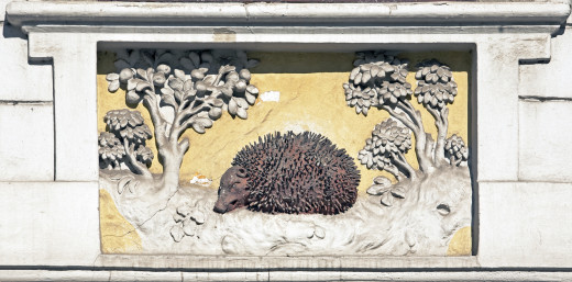 The relief of the former Red Hedgehog inn on Hess András tér.