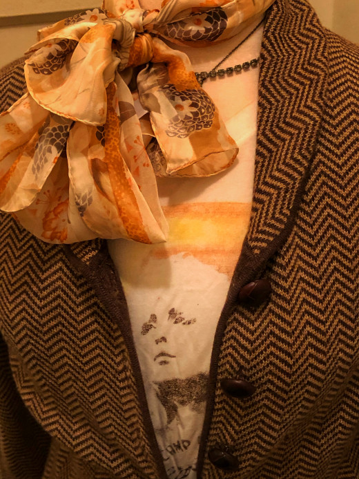 "Vintage Oscar de la Renta scarf, t-shirt from ""Target"" and secondhand ""Banana Republic"" cardigan"