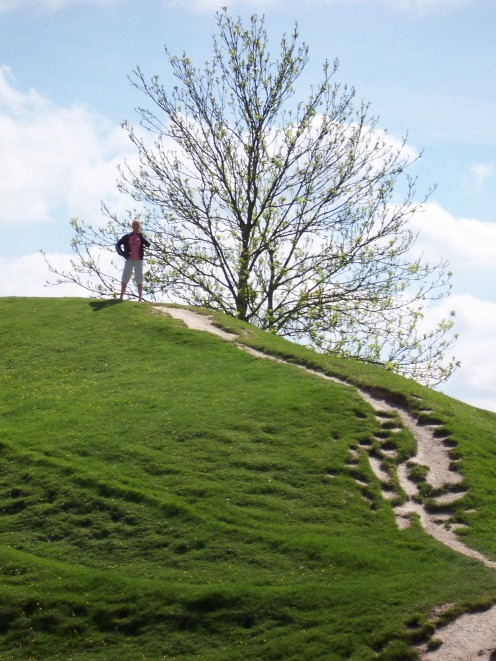 Copyright(C)KCC Big Country-This is my daughter at Avebury in 2006
