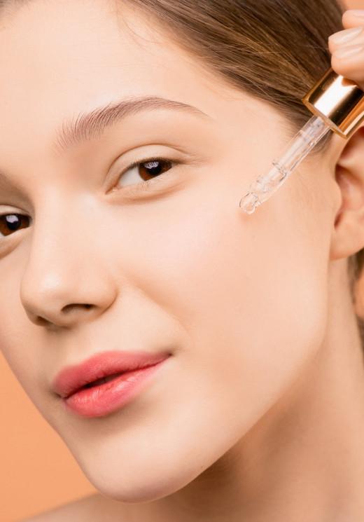 Apply serum after using toner to help skin retain moisture.