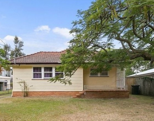 This old lowset house in Brisbane is a typical house that can cost the owner a lot of money to keep running, as explained in the text. When rented It can be rented, between 400 to 450 per week. So, as an investment it does not make much.