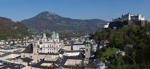 https://commons.wikimedia.org/wiki/File:Salzburg_Altstadt_Panorama_20170409_02.jpg