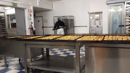 The shop can sell upto 50.000 tarts a day during high season.