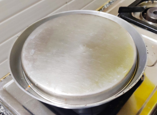 Wok covered with a plate