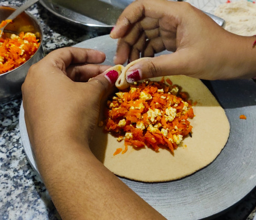 Pressing sides of the paratha