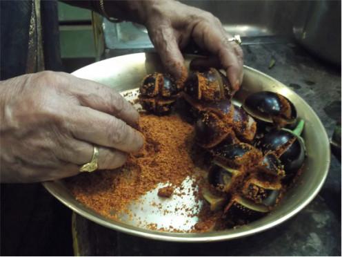 Stuffing Brinjal with Masala Powder