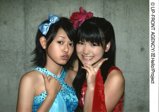 Kanna Arihara (left) is seen here with former Morning Musume member Aika Mitsui in 2009.