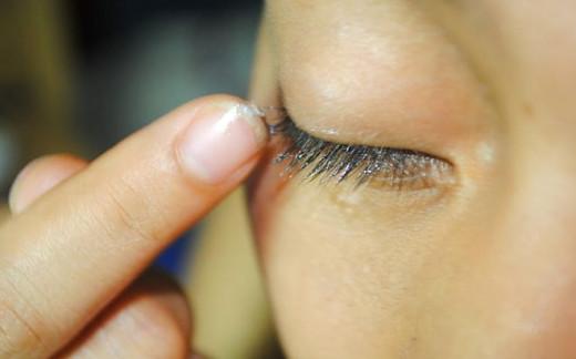 Using Vaseline for Eyelash Growth