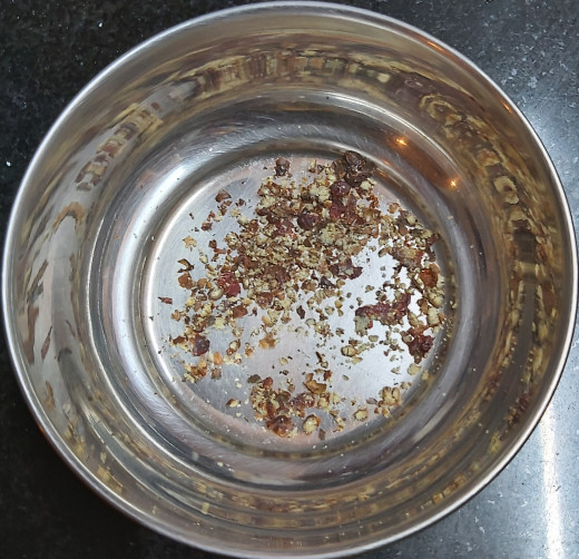 In a bowl take 7-8 whole black peppercorns and crush it coarsely.