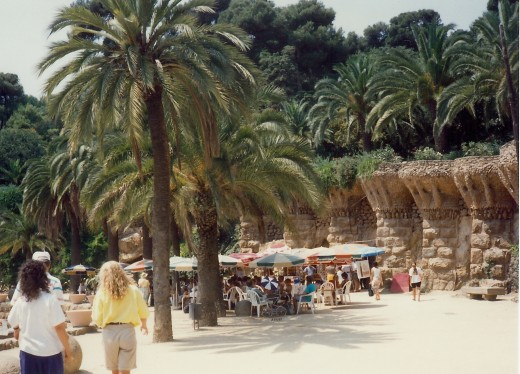 Places for people to have snacks or lunch in Guell Park