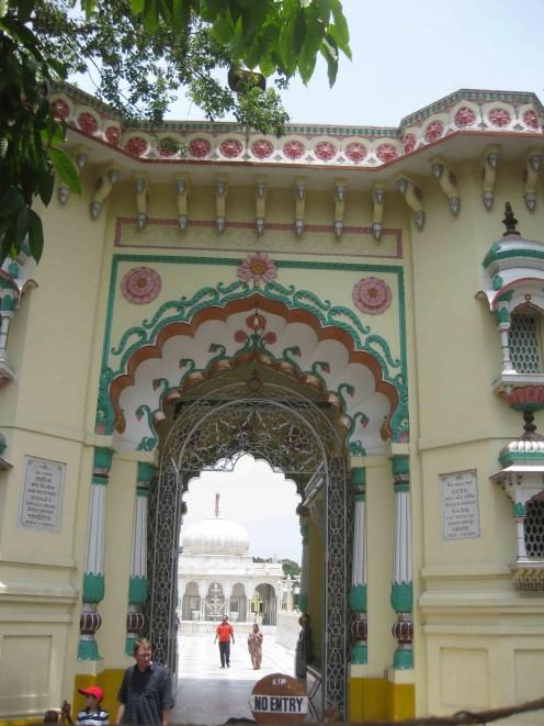 Kolkata Jain Dadabadi: Main gate
