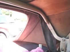 Rear window area: the rear top bow is seen, the zipper of the rear window curtain.