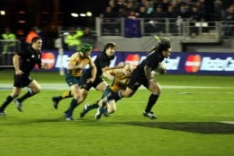 Ma'a Nonu breaks through the Australian defence with Matt Giteau chasing.