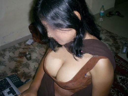 hot mallu aunty big and deep cleavage show sexy pose