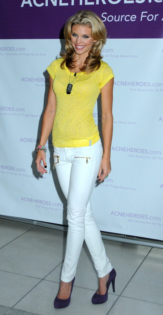 AnnaLynne McCord in white skinny jeans and purple suede high heel pumps