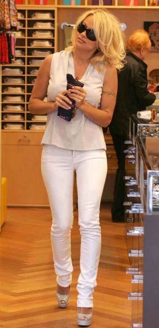 Pamela Anderson in white skinny jeans