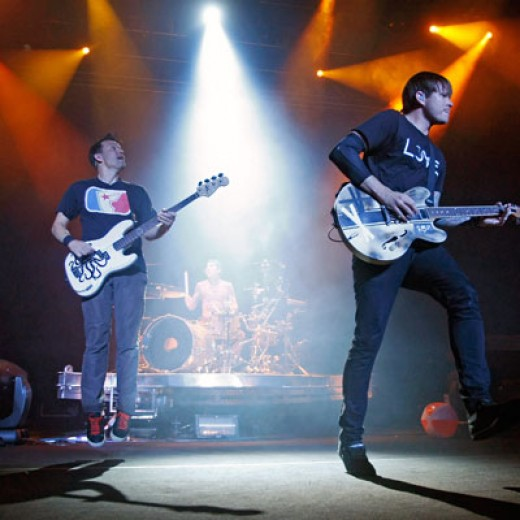 Mark Hoppus (left) and Tom DeLonge (right) rocking out on their 2009 reunion tour