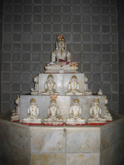 24 Tirthankaras at Rambagh Sanwalia Parasnath temple.  Six in each side.